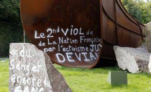 """Photo prise le 6 septembre 2015 à Versailles de l'oeuvre """"Dirty Corner"""" de l'artiste britannique Anish Kapoor, à nouveau vandalisée"""