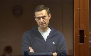 Alexei Navalny derrière la vitre du box des accusés, lors de son procès à Moscou, le 12 février 2021.