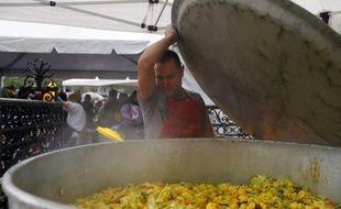 Six mille portions de curry végétarien, préparées avec des légumes pas assez beaux pour être vendus, ont été offertes samedi à Paris lors d'une opération visant à dénoncer le gaspillage alimentaire qui s'élève à plusieurs millions de tonnes par an en France.