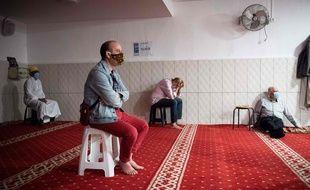 Dans les rares mosquées ouvertes, les fidèles doivent respecter les mesures de distanciation physique (illustration).