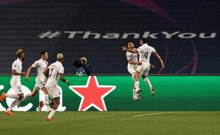 Les Parisiens célèbrent leur qualification en demi-finale de Ligue des champions, au bout du suspense contre l'Atalanta à Lisbonne.