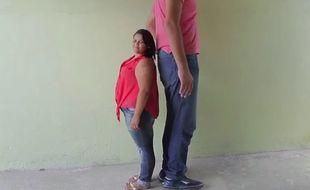Au Brésil, du haut de ses 2.34 mètres, Joelison Fernandes da Silva a épousé Evem, de 82 centimètres de moins que lui.