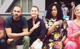 Shonda Rhimes, Jesse Williams, et Ellen Pompeo s'agenouillent pour la justice en plein tournage de «Grey's Anatomy»