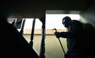Un cambrioleur entré par effraction dans une maison (illustration)