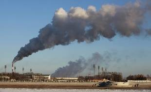 De la fumée s'échappe d'une usine chinoise à Heihe.