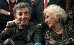 Guido Montoya Carlotto (c), enfant volé de la dictature argentine et petit-fils d'Estela Carlotto, à sa gauche, figure de proue des Grands-Mères de la Place de Mai, lors d'une conférence de presse à Buenos Aires le 8 août 2014