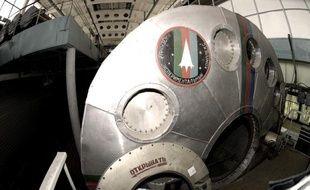"""Six astronautes russes, européens et chinois, qui simulaient depuis près d'un an et demi un voyage sur Mars, enfermés dans une réplique de vaisseau spatial près de Moscou, """"retournent"""" enfin sur Terre vendredi."""