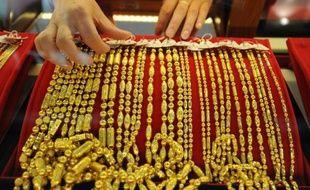 Les vols à l'arraché de colliers, phénomène qui frappe l'agglomération parisienne depuis des mois, ont explosé ces dernières semaines, les cours élevés de l'or y étant pour beaucoup.