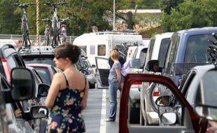 Des vacanciers français coincés dans les embouteillages patientent près de leurs véhicules, à Royan, le 22 août 2010.