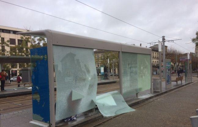 Les vitres d'abri-bus ont été brisées.