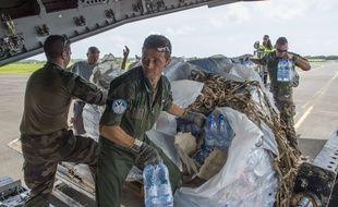 Des militaires participent à l'aide aux sinistrés de Saint-Martin et Saint-Barthélemy suite au passage de l'ouragan Irma.