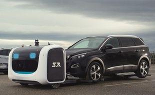 Stan, robot voiturier, gare les voitures à l'aéroport Lyon Saint-Exupéry.