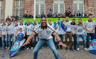 Strasbourg, le 04 juin 2013. - Les joueurs du Racing club de Strasbourg avec Pacho Donzelot en meneur célèbrent devant l'hôtel de ville de Strasbourg leur montée en National.