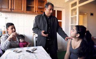Leonarda et ses parents dans leur maison temporaire de Mitrovica (Kosovo), le 19 octobre 2013.