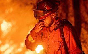 Un pompier californien lutte contre l'incendie Carr, près de Redding, le 26 juillet 2018.