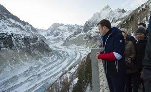 Emmanuel Macron contemplant le sillon de la dette publique (allégorie).