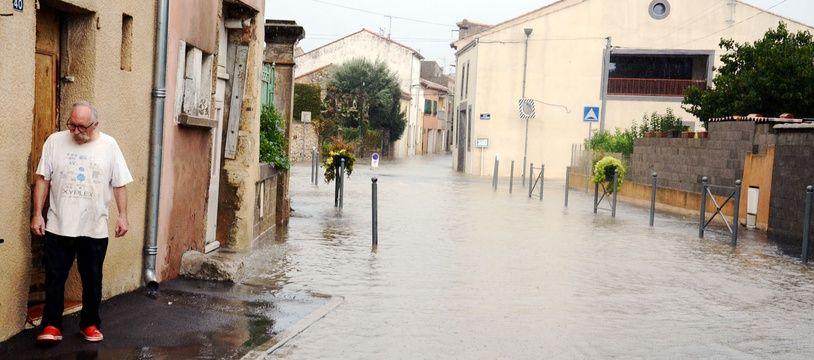 Un habitant de Cuxac-d'Aude constate les dégâts des inondations, le 15 octobre 2018.