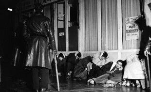 Des Algériens arrêtés à Puteaux, le 17 octobre 1961, sous la surveillance d'un policier armé de son « bidule ».