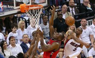Dwyane Wade contre Bismack Biyombo lors de Miami-Toronto (103-91), le 13 mai 2016.