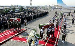 La garde d'honneur iranienne portent les cercueils des pèlerins tués dans la bousculade de la Mecque lors de leur rapatriement en Iran, le 3 octobre 2015 à l'aéroport de Téhéran