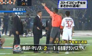 Capture d'écran de la télé japonaise, montrant l'expulsion de Dragan Stojkovic, l'entraîneur de Nagoya Grampus, auteur d'un but, lors d'un arrêt de jeu, depuis son banc.