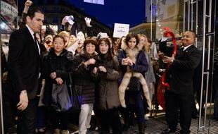 Une foule de clients à l'entrée d'un grand magasin parisien le premier jour des soldes, le 8 janvier 2014.