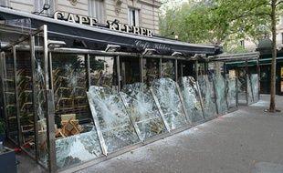 Le café Kléber après les violences du 13 mai 2013 sur la palce du trocadéro.
