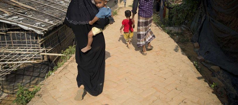 Des réfugiés rohingyas  dans un camp près de Cox's Bazar, au Bangladesh.