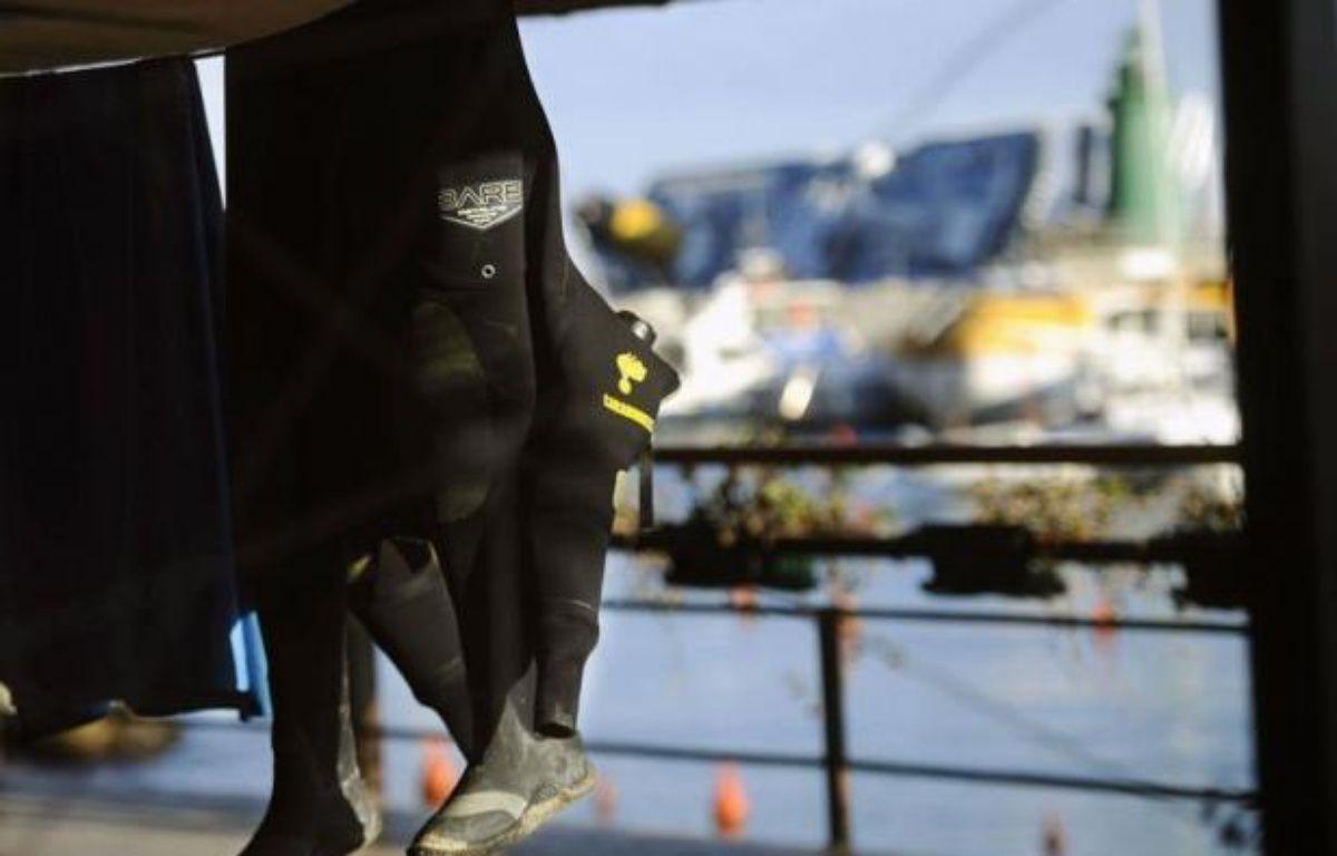 Les recherches de la vingtaine de personnes encore portées disparues dans le naufrage vendredi soir du Concordia, près d'une île italienne, ont été momentanément suspendues mercredi matin, a indiqué à l'AFP un porte-parole des pompiers. – Filippo Monteforte afp.com