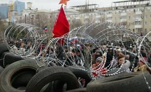 Des barricades ont été dressées dans la ville de Donetsk en Ukraine le 12 avril 2014 alors que des militants pro-russes sont passés à l'attaque.
