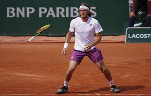 Stefanos Tsitsipas (Grèce) laisse sa raquette lui échapper des mains alors qu'il servait lors de son match de deuxième tour, à Roland-Garros, Paris, le 2juin 2021.