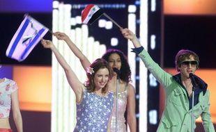 Deux membres du groupe israélien Ping Pong, au premier plan devant leur choriste, sur la scène de l'Eurovision 2000.