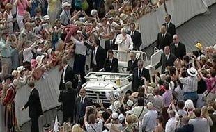Un homme a tenté de sauter sur la papamobile place Saint-Pierre le 6 juin 2007 au Vatican.