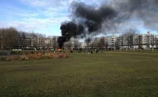 Dans le quartier des Poteries à Strasbourg, un canapé a été incendié dans le parc situé en face du lycée Marcel Rudloff où des lycéens sont mobilisés dans le cadre du mouvement national.