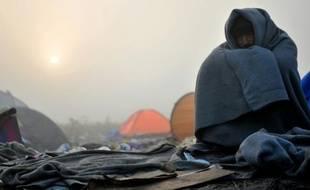 Un migrant tente de se réchauffer, à Berkasovo, près de la ville serbe de Sid à la frontière serbo-croate, le 24 octobre 2015