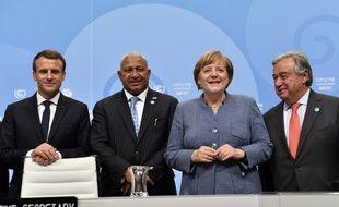 Le président français Emmanuel Macron, le Premier ministre des Fidji et président de la COP 23 Frank Bainimaramala, la chancelière allemande Angela Merkel et le secrétaire général des Nations-Unies Antonio Guterres le 15 novembre 2017 à Bonn (Allemagne).