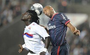Gomis et Traoré à la luttes lors de PSG - Lyon, le 20 septembre 2009 à Paris.
