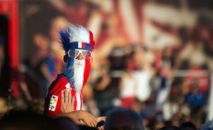 Un supporter des Bleus regarde le match entre la France et l'Islande, ici dans la fan zone de Marseille.