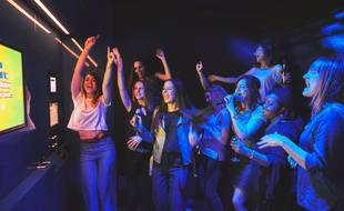 Des clients poussent la chansonnette au BAM Karaoke Box à Paris.