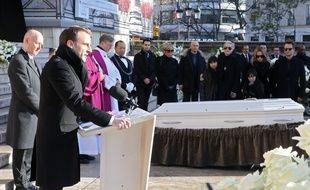 Emmanuel Macron rend hommage à Johnny Hallyday devant l'église de la Madeleine, à Paris, le 9 décembre 2017.