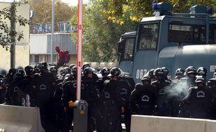 Des policiers hongrois utilisent des canons à eau et des gaz lacrymogènes pour empêcher des migrants de passer la frontière entre la Serbie et la Hongrie.