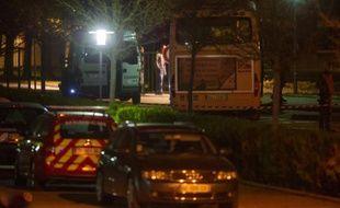 La police inspecte le bus où un camarade a tué un autre enfant, près du collège de Trois Frontières à Hegenheim, le 16 novembre 2015