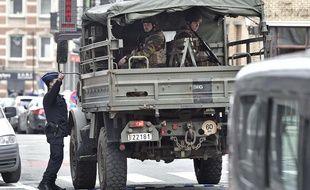 Des policiers et des militaires belges dans les rues de Bruxelles après le double attentat du 22 mars 2016.