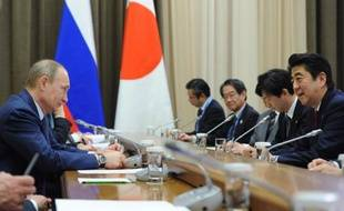Le président russe Vladimir Poutine (G) et le Premier ministre japonais Shinzo Abe (D) à Sotchi, en Russie, le 8 février 2014