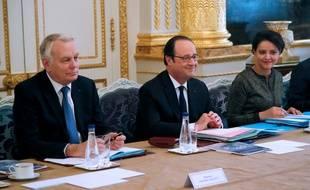 François Hollande entouré du ministre des Affaires étrangères, Jean-Marc Ayrault et de la ministre de l'Education nationale, Najat Vallaud-Belkacem lors du conseil des ministre à l'Elysée, le 8 mars 2017.