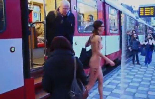 Capture d'écran de la vidéo de l'artiste suisse Milo Moiré montrant une  top-modèle se promenant nue dans les transports en commun de Düsseldorf  (Allemagne).