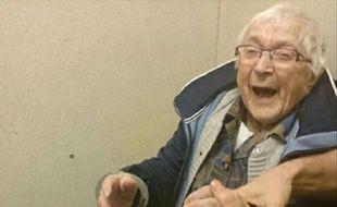 Annie (99 ans) a convaincu les policiers de Nimègue (Pays-Bas) de la mettre en cellule le 23 février 2017 pour réaliser un souhait sur une liste de choses à faire avant de mourir.