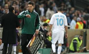 Hatem Ben Arfa, sous les couleurs de Marseille, sort du terrain après avoir reçu un carton rouge, le 18 mars 2010.