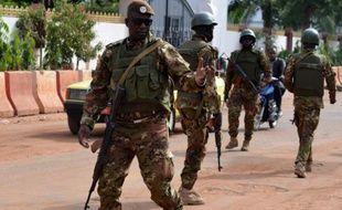 Des militaires devant l'hôtel Radisson le 22 novembre 2015 à Bamako