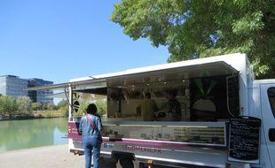 """La  """"Places des saveurs"""", dédiée aux food-trucks, a ouvert sur les berges du lac de Labège"""